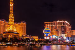 Bande de Las Vegas avec les reproductions de Paris et la planète Hollywood à l'arrière-plan Image stock