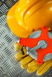 Bande de mesure de casque antichoc de gants de sécurité sur le feuillard cannelé photo libre de droits