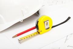 Bande de mesure, crayon et casque jaunes de construction photographie stock