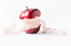 Bande de mesure enroulée autour de la pomme comme symbole de régime Images libres de droits