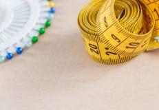Bande de mesure incurvée avec le copyspace Vue de plan rapproché de bande de mesure jaune Photo stock