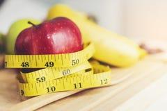 Bande de mesure jaune entourée par les pommes rouges Soins de santé et W photo libre de droits