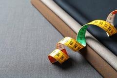 Bande de mesure sur le tissu, plan rapproché Photographie stock