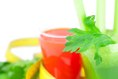 Bande de mesure, verre de jus de céleri et verre de jus de carotte Photo libre de droits
