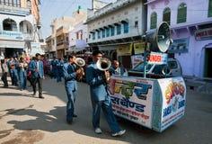 Bande de musique avec des instruments et un orateur marchant sur la rue Images stock