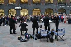 Bande de musique classique jouant la rue Image stock