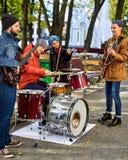 Bande de musique de festival Amis jouant sur le parc de ville d'instruments de percussion Photo libre de droits