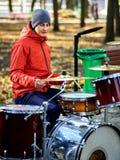 Bande de musique de festival Amis jouant sur le parc de ville d'instruments de percussion Images stock