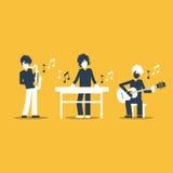 Bande de musique jouant le concert vivant, le saxophone, le clavier et le guitariste Photos libres de droits