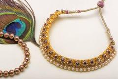 Bande de plume, de collier et de poignet de paon comme symbole de l'amour Photos stock