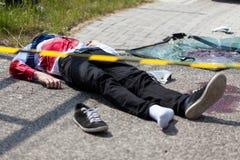 Bande de précaution et homme mort images stock