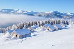 Bande de roulement de touristes passionnante le chemin à la vieille maison neigeuse Photos libres de droits