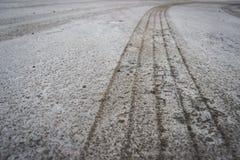 Bande de roulement de traînée du ` s de roue de voiture sur la neige Image stock