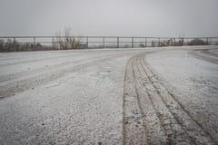 Bande de roulement de traînée du ` s de roue de voiture sur la neige Image libre de droits