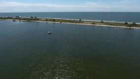 Bande de sable dans la vue aérienne de mer banque de vidéos