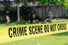 Bande de scène du crime et fond brouillé d'équipe de police image stock