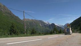 Bande della pittura del lavoro stradale sulla strada nelle alpi francesi, d'Ornon del passo, Francia video d archivio