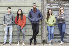 Bande des adolescents traînant dans le milieu urbain Photo libre de droits