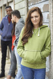 Bande des adolescents traînant dans le milieu urbain Photos libres de droits