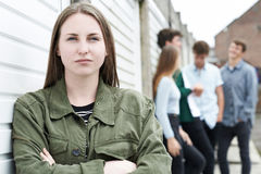Bande des adolescents traînant dans le milieu urbain Photographie stock