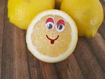 Bande dessinée de citron sur un en bois Images libres de droits