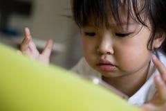 Bande dessinée de observation de petite fille sur le périphérique mobile Photo libre de droits