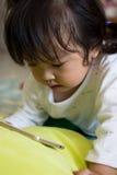 Bande dessinée de observation de petite fille sur le périphérique mobile Image libre de droits