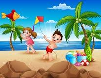 Bande dessinée de petits enfants jouant avec des cerfs-volants sur la plage illustration stock