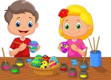 Bande dessinée de petits enfants peignant l'oeuf de pâques Images libres de droits