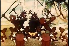 Bande dessinée des cannibales dansant autour du chaudron banque de vidéos