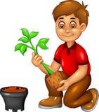 Bande dessinée drôle de garçon se reposant avec planter l'arbre et le sourire Photo libre de droits