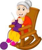 Bande dessinée drôle de grand-mère tricotant dans une chaise de basculage illustration de vecteur