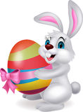 Bande dessinée mignonne de lapin tenant l'oeuf de pâques Photos stock