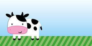 Bande dessinée mignonne de vache avec l'herbe verte et le ciel bleu Photographie stock