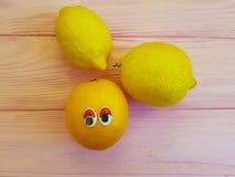 Bande dessinée orange de citron regardant des yeux en bois Image libre de droits