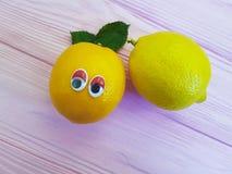 Bande dessinée orange de citron regardant la personnalité en bois de yeux Images libres de droits