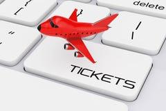 Bande dessinée rouge Toy Jet Airplane au-dessus de clavier d'ordinateur avec des billets Photographie stock libre de droits