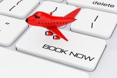 Bande dessinée rouge Toy Jet Airplane au-dessus de clavier d'ordinateur avec le livre aucun Image libre de droits