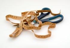 Bande et ciseaux de mesure Image stock