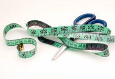 Bande et ciseaux de mesure verts Image libre de droits