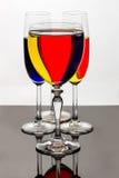 Bande gialle, rosse, blu in vetro di vino Immagine Stock Libera da Diritti