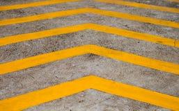Bande gialle sul pavimento del calcestruzzo del fondo Immagine Stock Libera da Diritti
