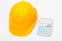 Bande jaune de mesure avec la calculatrice près de elle photographie stock