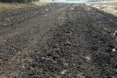 Bande labourée par automne de terre Préparation à l'hiver dans le village Image libre de droits