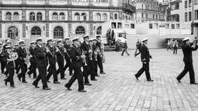 bande militaire sur la place dans la vieille ville de Riga Photo stock