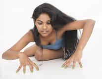 Bande modèle féminine indienne à l'arrière-plan de blanc de studio Image stock
