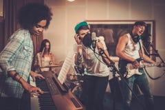 Bande multiraciale de musique dans un studio images stock