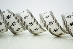 Bande ou centimètre de mesure d'isolement au-dessus du blanc Photos stock