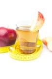 Bande, pommes et verre de mesure de jus de pomme Image stock