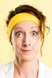 Haut backgrou de jaune de définition de femme personnes drôles de portrait de vraies Photographie stock